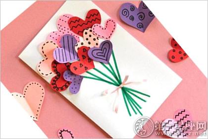 孩子们在 教师节也会给老师送上亲手制作的贺卡.